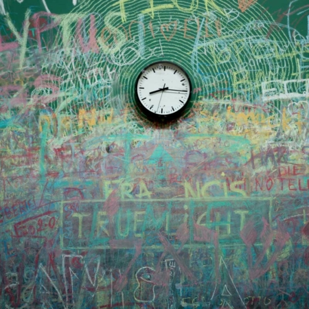 Backdrop: Bunte Wand mit Uhr